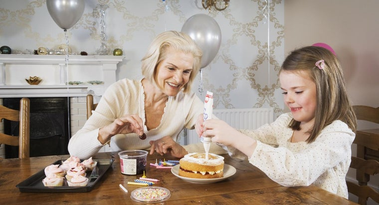 What Are Some Cake Decorating Ideas for an 80th Birthday?