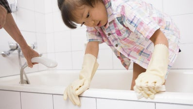 How Do You Remove Dirt and Stains From a Plastic Bathtub?
