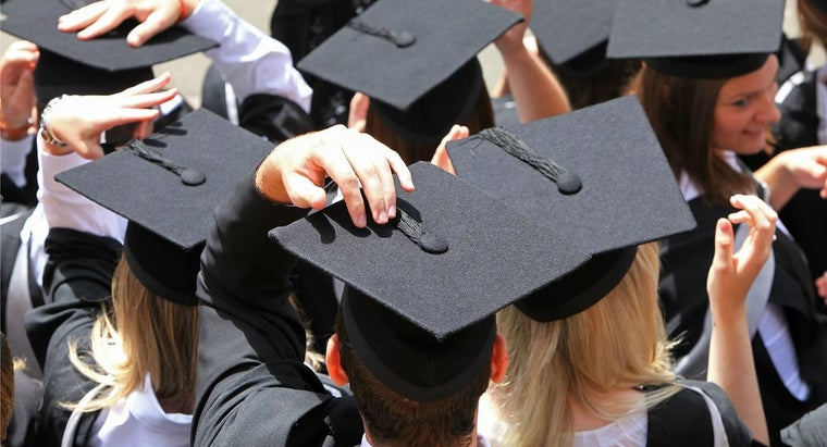 Why Do You Move the Tassel From Right to Left at Graduation?
