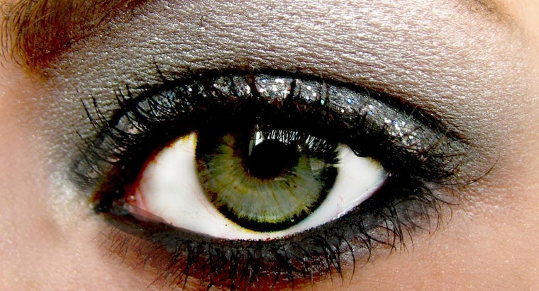 What Is the Proper Way to Apply Silver Eyeshadow?