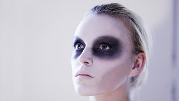 How Do You Put on Eye Makeup for Halloween?