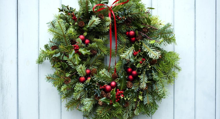 What Are the Steps to Make a Fresh Christmas Wreath?