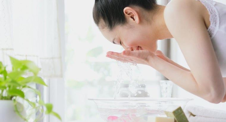 What Are the Best Ways to Cleanse Oily Skin?