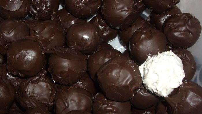 What Are Some Simple Peanut Butter Ball Recipes?