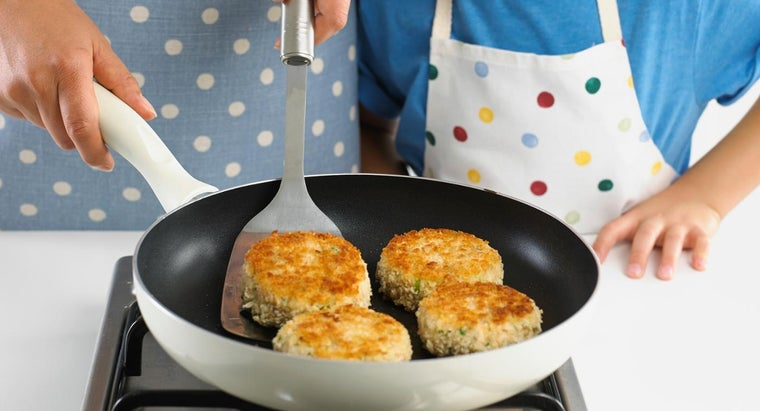What Are Recipes for a Simple Sauce for Crab Cakes?