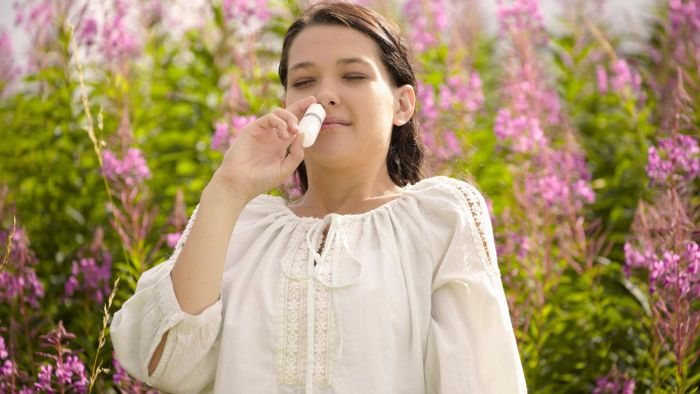 What are some effective nasal sprays for sinusitis according to experts?