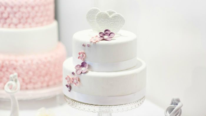 How Can You Save Money on Wedding Cakes?