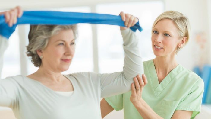 What are the qualifications to be a physical therapy aide?
