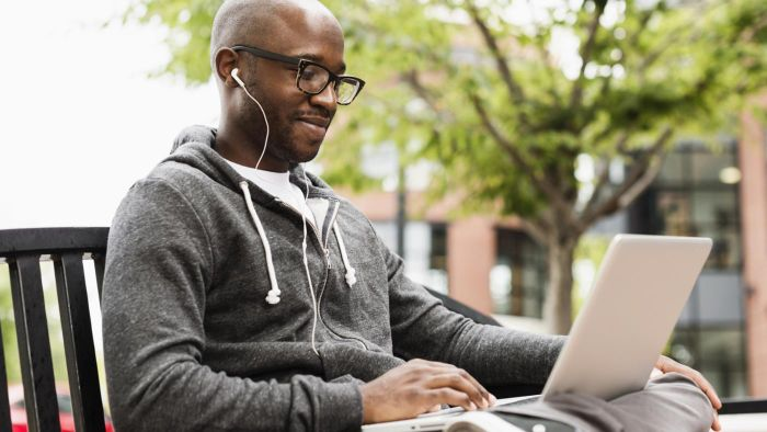 What are some colleges that offer online business management courses?