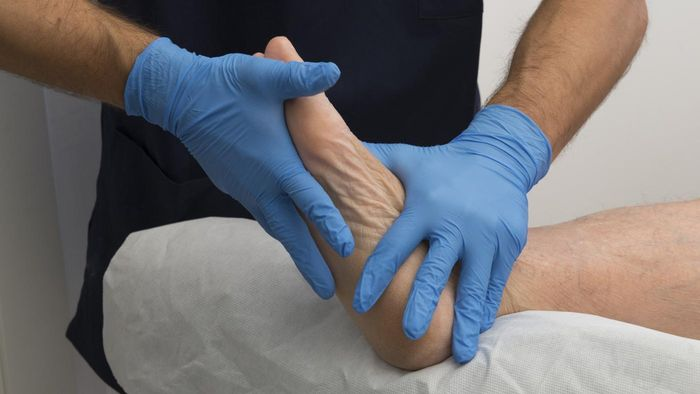 What are some causes of foot pain in the arch area?