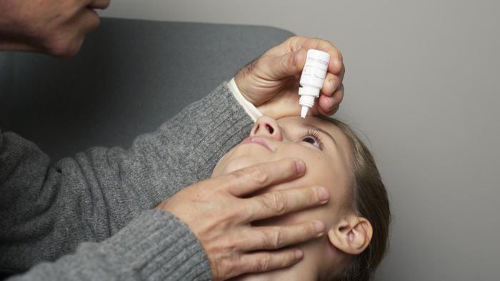 What are some tips for applying eye drops for eye infections?