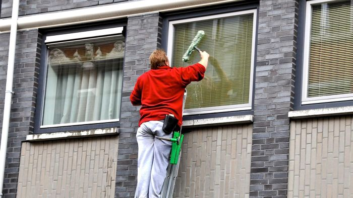 How Do You Make a Window-Cleaning Solution?