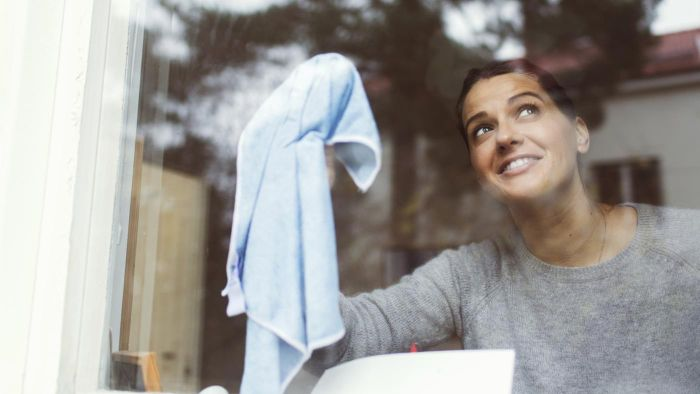 Does Cleaning Windows With Vinegar Make the House Smell?