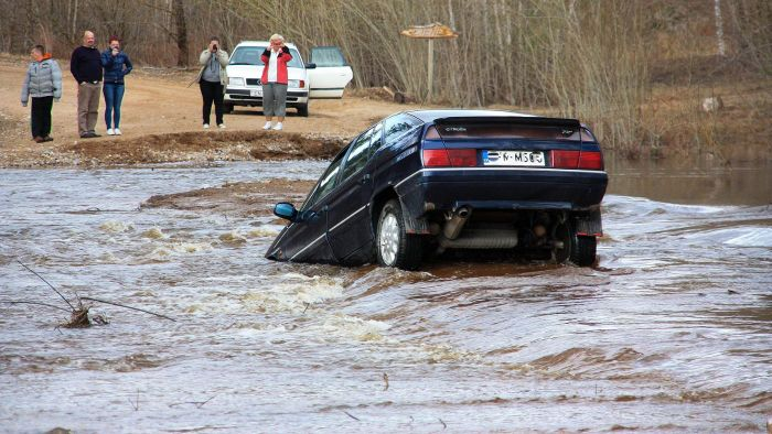 How can you tell if a vehicle has flood damage?