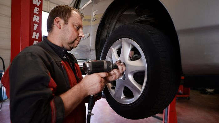 What are key questions to ask when rating auto tires?