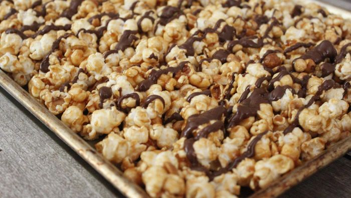 What Is an Easy-to-Follow Recipe for Caramel Popcorn?