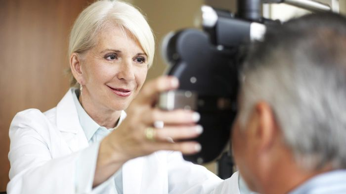 What organizations provide ratings for eye doctors?