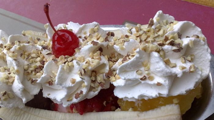 How Do You Make a Banana Split Cake?