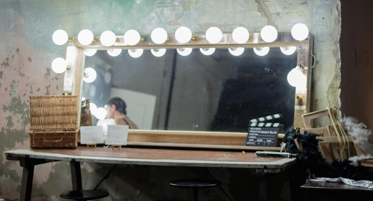 What Are the Benefits of an Illuminated Makeup Mirror?