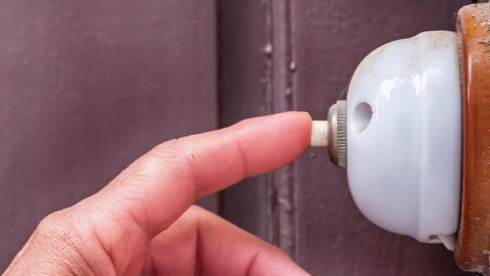 What Are Basic Directions for Wiring a Doorbell?