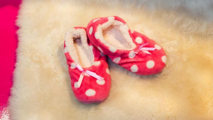 What Are Some Brands of Foot Warmer Slippers?