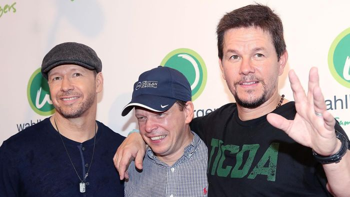 Which Wahlberg family members are professional entertainers?