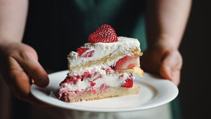 What Is a Simple Strawberry Cake Recipe?