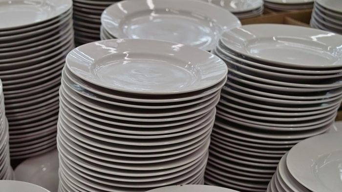 How do casual dishes differ from formal dinnerware?