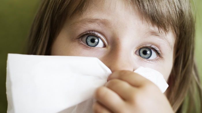 Who has charts that show the difference between cold and flu symptoms?
