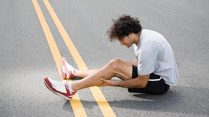 How do you diagnose the cause of leg pain and swelling?