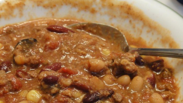 What is a good slow cooker beef chili recipe?