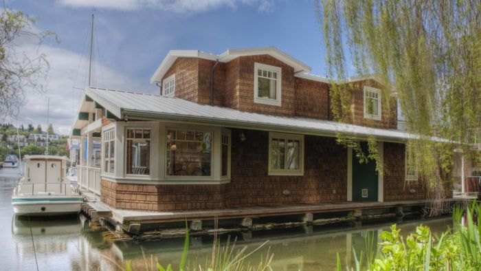 What are some tips for finding used houseboats?