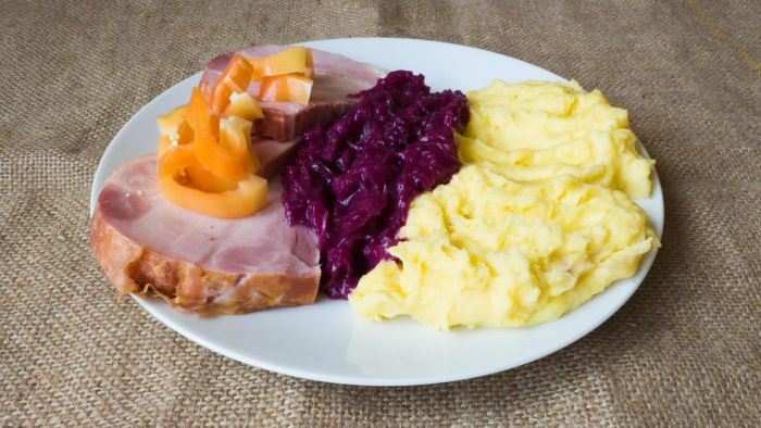 What Is a Good Recipe for a Boiled Cabbage and Ham Dinner?