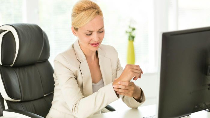 What are the early symptoms of carpal tunnel syndrome?
