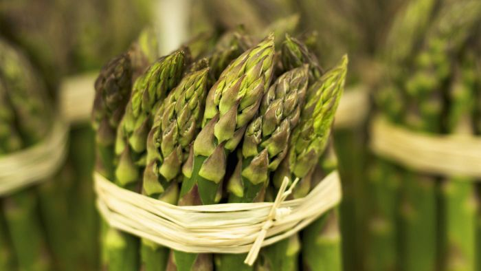 How do you freeze raw asparagus?
