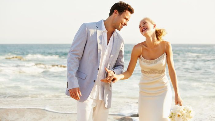 What Is the Correct Attire for Guests of a Beach Wedding?